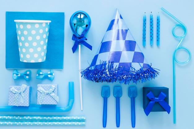 青いパーティーの装飾品の上面図
