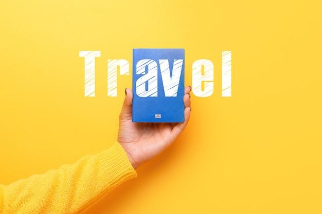 손에 파란 여권, 세계 여행 컨셉