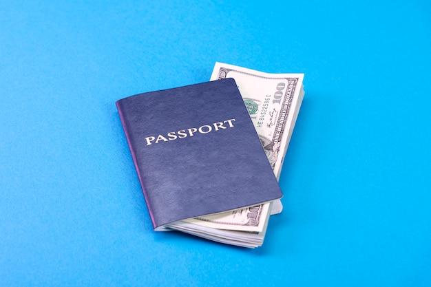 100ドル札でアメリカのドルと青いパスポート