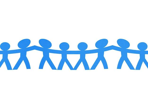 Бумага синих людей, взявшись за руки с белым фоном. концепция всемирного дня народонаселения