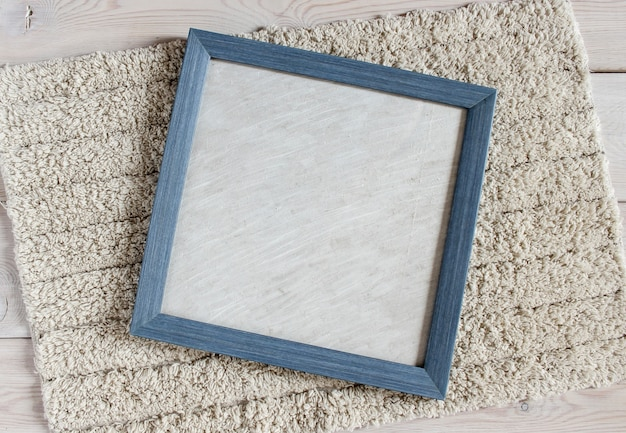 ふわふわの白い敷物に青いフォトフレーム。