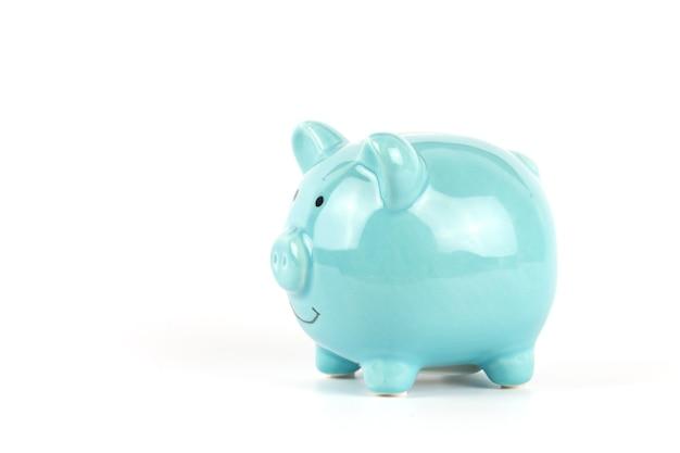 돈 비즈니스 개념을 저장하기 위해 파란색 돼지 저금통 격리 된 흰색 배경