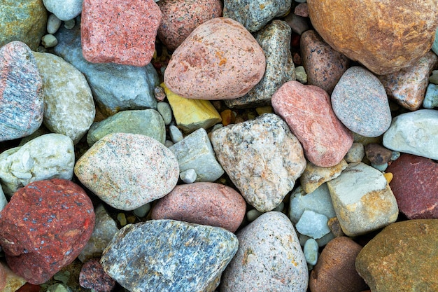 Синий, розовый, коричневый, оранжевый, серый цвет. красивые маленькие морские камни. крупный план разноцветных красочных