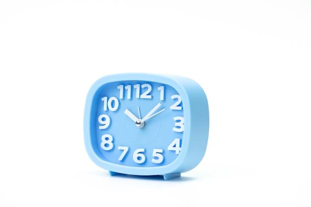 Синий пластиковый будильник время: 10.05 крупным планом на белом фоне