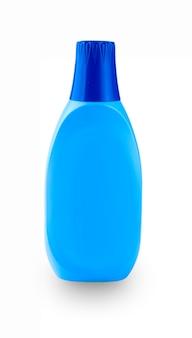 흰 벽에 가정용 화학 물질과 파란색 플라스틱 병.