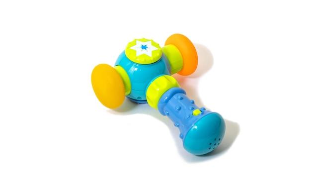 青いプラスチックのおもちゃのハンマー、子供のワークショップゲームツール。白い背景で隔離。