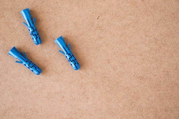 갈색 배경에 파란색 플라스틱 벽 플러그, 높은 각도 보기