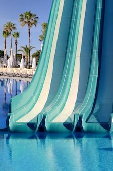 리조트 수영장에서 파란색 플라스틱 워터 슬라이드