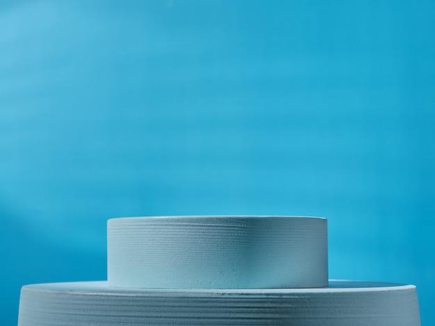 제품 프레젠테이션을 위한 파란색 연단을 닫습니다.