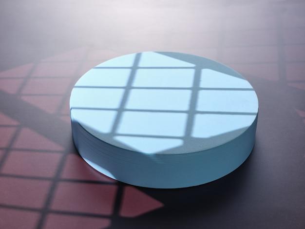 Синий подиум для презентации продукта на бордовом фоне