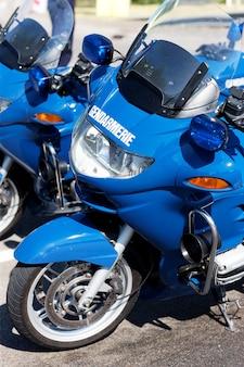 道路上のフランスの青い警察の自転車