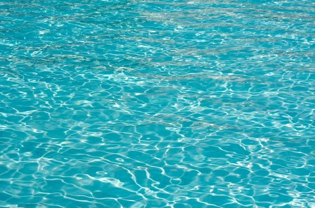 太陽の反射と青いプールの水