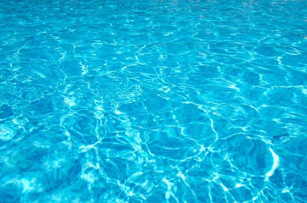 태양 반사와 푸른 수영장 물