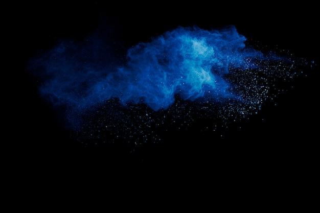 파란 분말은 검은 표면에 구름을 폭발