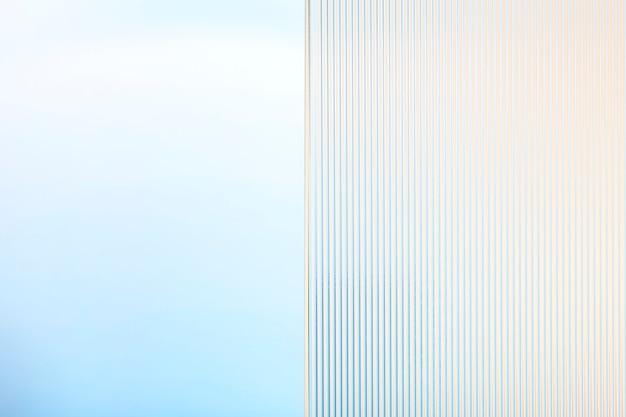 パターン化されたガラスと青い製品の背景