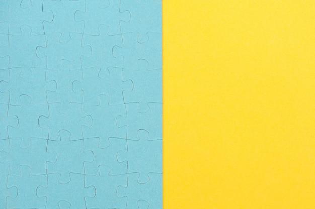 青いパズルの背景と黄色の背景