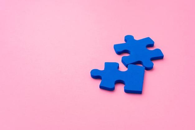 紙の背景の上面図に青いパズルのピース