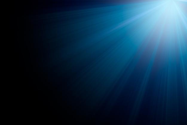 Голубые лучи света на черном фоне для дизайна наложения.