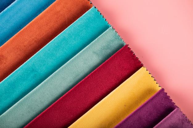 Catalogo di tessuti in pelle sartoriale di colore blu, rosso e arancione