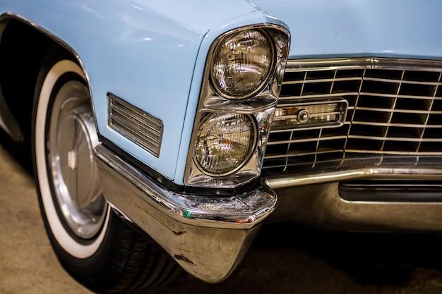 Синий ретро автомобиль