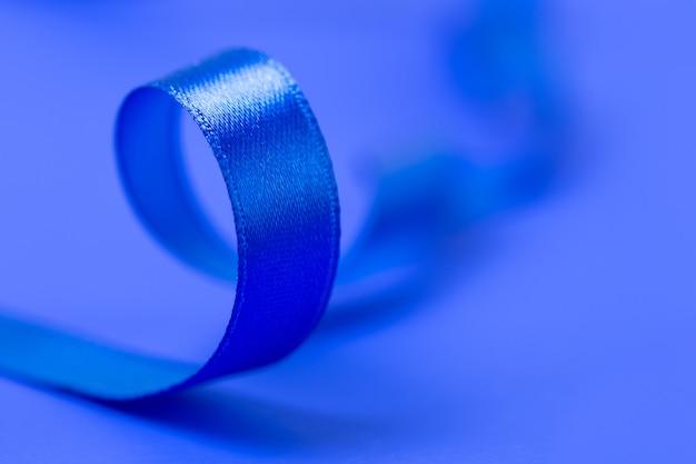 Голубая лента на синей поверхности