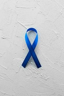 Синяя лента на фоне гипса