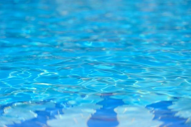 Голубая рваная вода в бассейне
