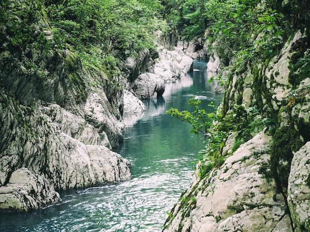 岩だらけの峡谷を流れる青い川の水