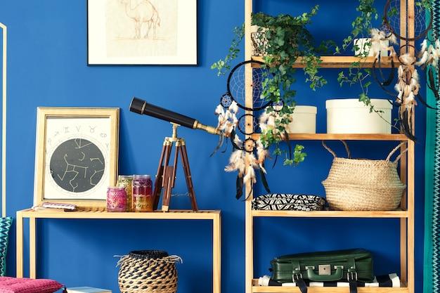 木製の本棚のある青い部屋