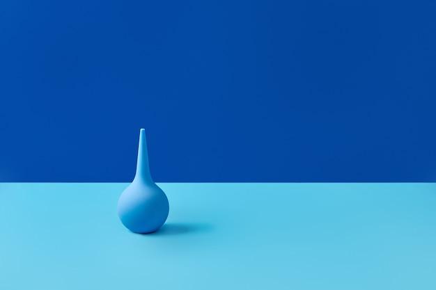 コピースペース医療コンセプトとテーブルの上の青いゴム浣腸