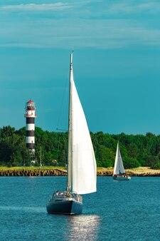 ヨーロッパ旅行中の青い帆船。海の旅