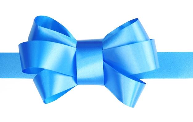 白い表面に分離された青いサテンのリボンの弓
