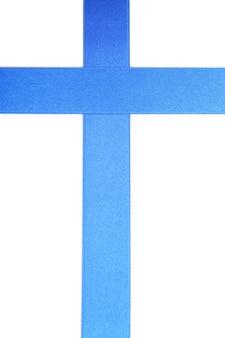 白で隔離の青いサテンリボン