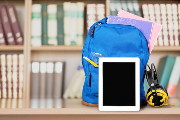 Синий школьный рюкзак на фоне.