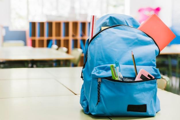 Zaino blu scolastico sul tavolo