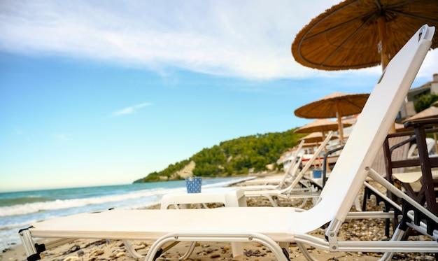 Fourka scala, halkidiki, 그리스의 우산과 푸른 바다와 해변