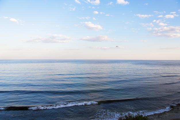 青い海と空の美しい雲。