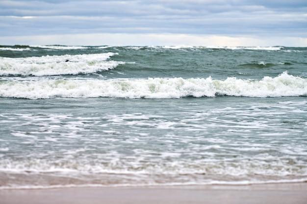 Синее море и красивое облачное небо, песчаный пляж, пейзаж балтийского моря