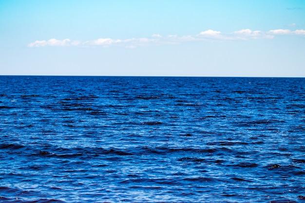 青い海と空の背景-見渡せます。