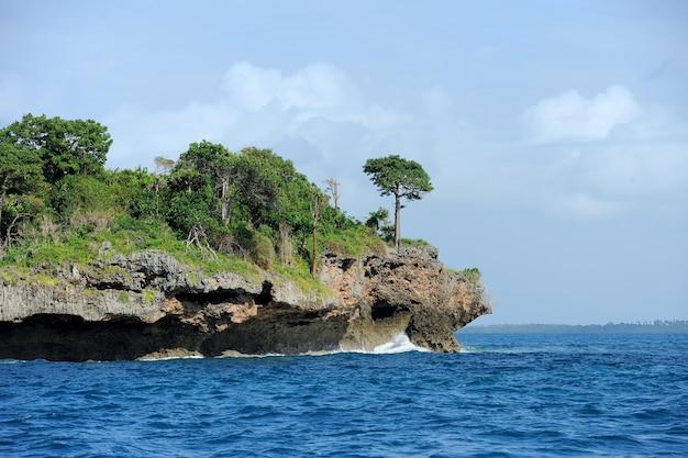 Синее море и белое облако с зеленым островом