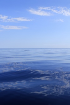 穏やかで完璧な青い海の地平線海