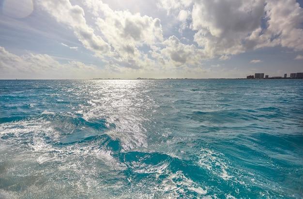 Синее море карибского моря с небольшими волнами видно с лодки