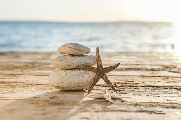 Синее море на поверхности селективный фокус, дзен-камни на морском пляже, медитация, спа, гармония, спокойствие, концепция баланса