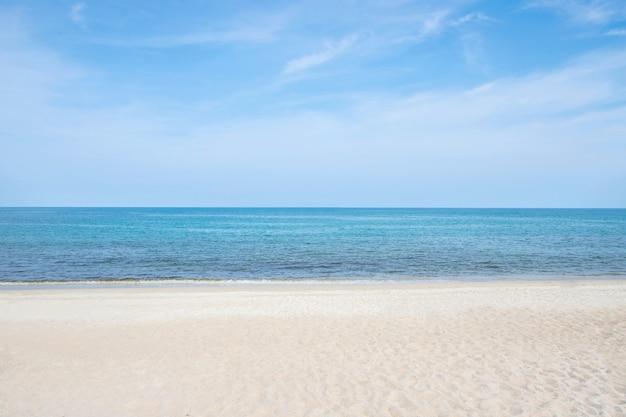 해변에서 푸른 바다 또는 바다 수평선