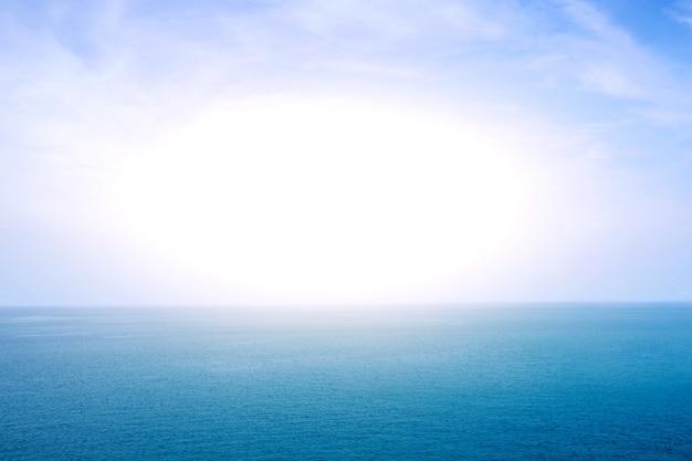 햇빛과 푸른 바다 또는 바다 수평선
