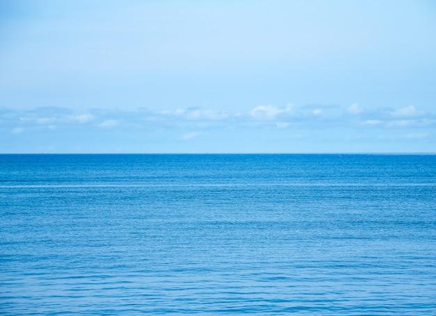 Голубой морской пейзаж с небом и облаками