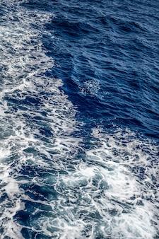 파도와 거품이 있는 푸른 바다 질감 물이 튀었습니다.