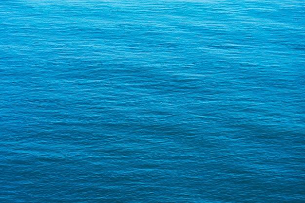 青い海の水の表面の背景、空撮