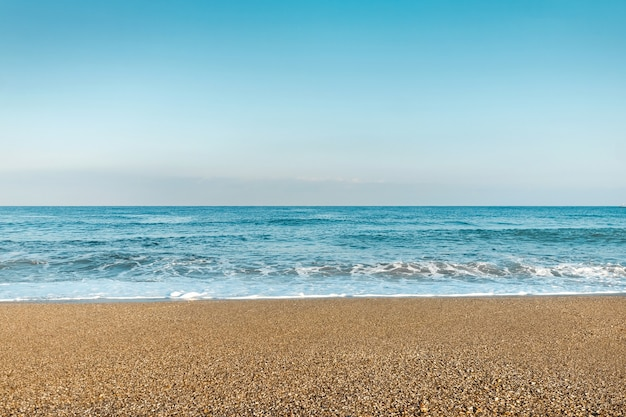 Синее море, волны, пляж. концепция отпуска, отдыха на море.