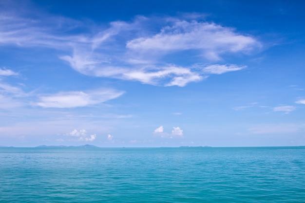 부드럽고 맑은 하늘 푸른 바다 파도